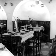 Terített asztalok a régi halászcsárda termében