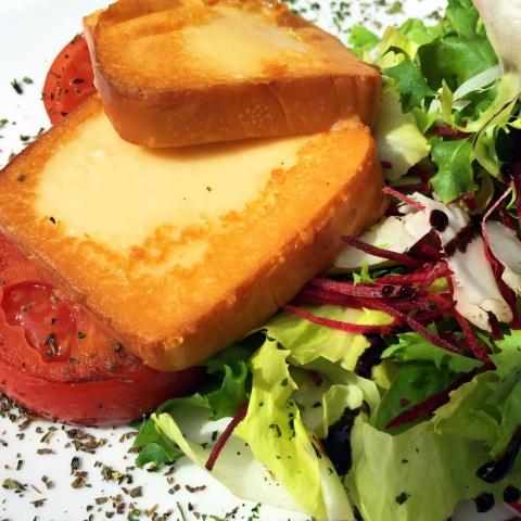Grillezett sajt bazsalikomos paradicsommal