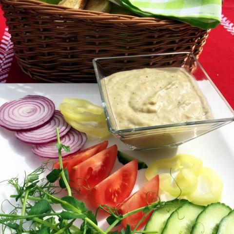 Padlizsánkrém friss kerti zöldségekkel, pirítóssal