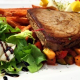 Vörös tonhal steak Ratatouillen tálalva